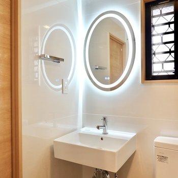 照明付きのミニマルな洗面台も。アフターバスのスキンケアが毎日の楽しみに◎