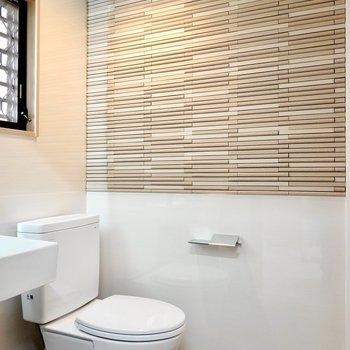 脱衣所では、石積み風のタイル壁とトイレのライフスタイル空間があなたをお出迎え。