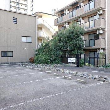 敷地内には広くて停めやすそうな駐車場も。