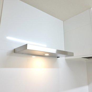 照明の上はキッチンツールを飾るように配置できるんです!