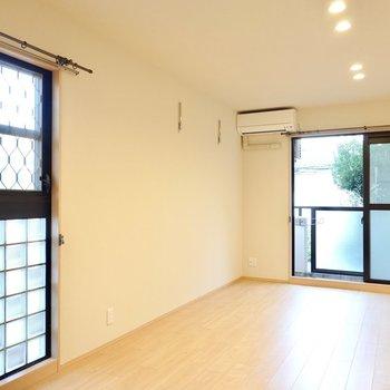 洋室は一人暮らしには広めの12帖。ガラスブロックの二面採光窓が可愛らしいんです。