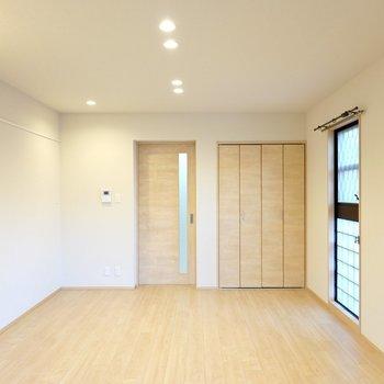 壁は薄っすらとベージュなので、木目やアイアンのモダンな家具が似合いそう。
