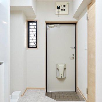 玄関には靴箱がありませんが、スペースが広いのでお好きな物を設置できます。