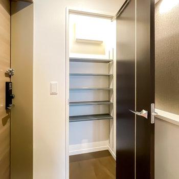 正面の扉の中はシューズクローク。可動棚なのでカバンなども収納できます。