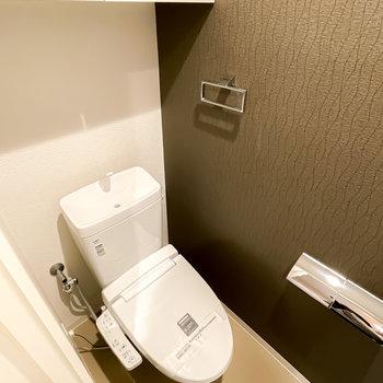 トイレはウォシュレット付き。ホルダー類はピカピカのステンレス製。