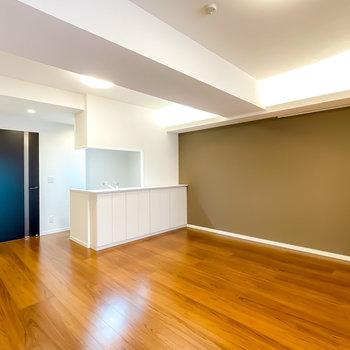 シックでカッコいいのに、立ちふるまいはどこか自然。そんな暮らしが叶えられるデザイナーズのお部屋です。