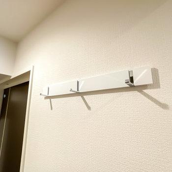 LDKへのドアの横には折りたたみ式のフックも。コートをサッと掛けられます。