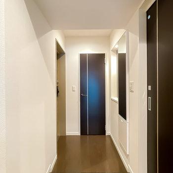 奥行きのある玄関には収納がたくさん。