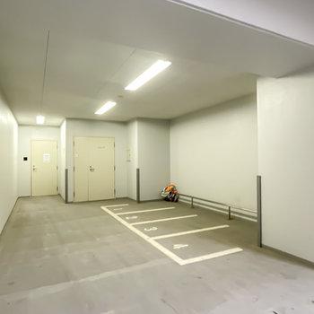 半屋内スペースにはバイク置き場も。
