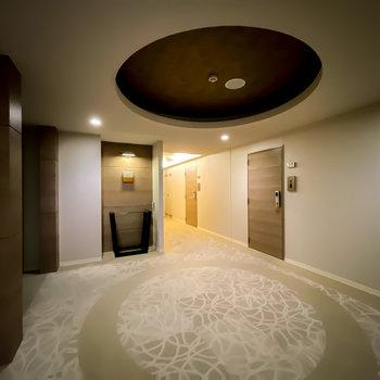 玄関前はまるでホテルのロビー。玄関ドアとエレベーターはカードキーで開きます。