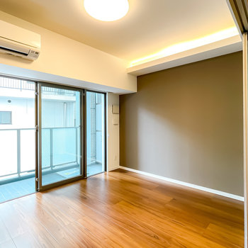 窓側の洋室は6.2帖と寝室にピッタリ。天井の間接照明が安らぎを与えてくれます。