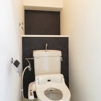 トイレの後ろに棚もあります※写真は5階同間取りのもの