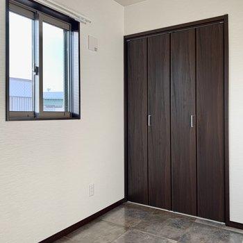 小窓とクローゼット、寝室兼作業部屋でもいいかも※写真は通電前のもの