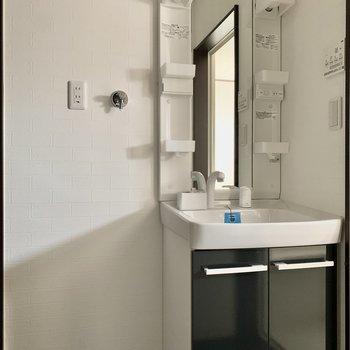 洗濯機置場は洗面台の隣に※写真は通電前のもの