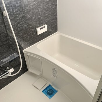 お風呂にも窓があるのでこんなに明るいんです!※写真は通電前のもの