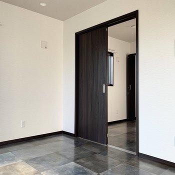 扉の向こうの洋室も見てみましょう※写真は通電前のもの