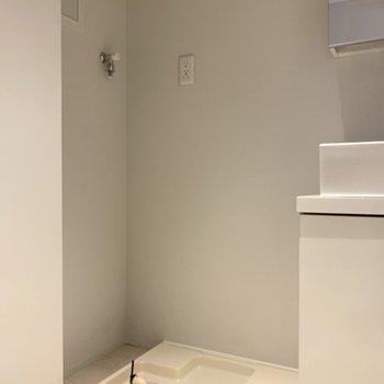 その横が洗濯機置場(※写真は2階の同間取り別部屋のものです)