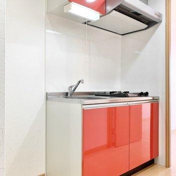 キッチンは目を引く赤!(※写真は5階の同間取り別部屋のものです)