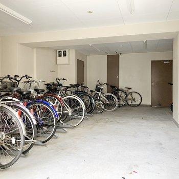 共用部】自転車も雨で濡れることはないですよ。