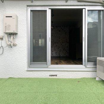 テラスは芝生。