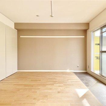 【モデルルーム画像】壁一面はお好きなアクセントクロスを選べます