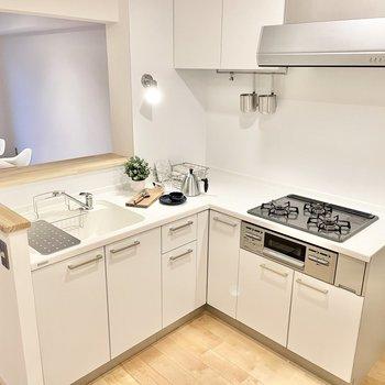 【モデルルーム画像】スタイリッシュなL字キッチンは見栄えがぐっと良くなります