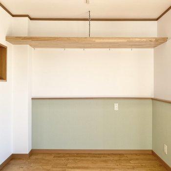 吊り棚には本やDVDを並べてもかっこいいかも。