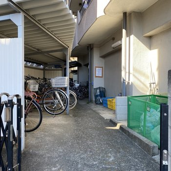 屋根付き駐輪場がついています。
