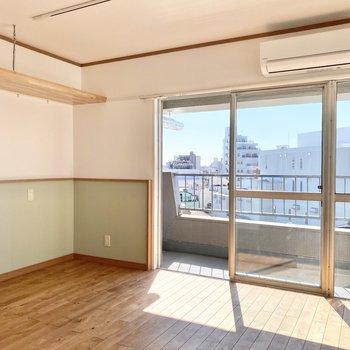 ミント色の腰壁と優しいブラウンの無垢床。色使いがいいですね。