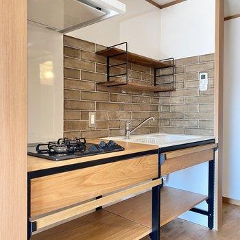 木のオープンなキッチンに、レトロなタイルがかっこいい〜