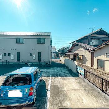 目の前は敷地内の駐車場なので、遮像性の高いカーテンで明るさを確保しつつ視線対策を。