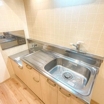 キッチンはコンロが持ち込み式ですが、調理スペースはたっぷり。