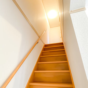 手すり付きの階段をトントンと上がって2階へ。