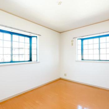 北側は6帖。なんとこちらも格子窓の二面採光!