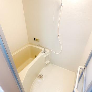 お風呂はシンプルな見た目ですが、カップルやファミリーに嬉しい追い焚き付き◎
