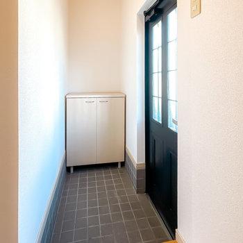 階段を降りると正面に玄関が。タタキの奥行きがとっても広いんです。