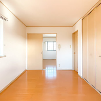 もうひとつの洋室とは引き戸で繋がっています。