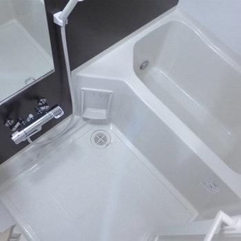 お風呂はゆったりと。追焚&浴室乾燥機付き(※写真は10階の同間取り別部屋のものです)