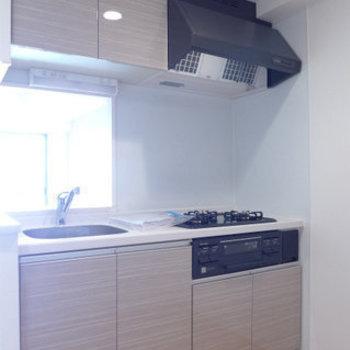 システムキッチンは3口ガスコンロ!グリル付きでレパートリーも広がります(※写真は10階の同間取り別部屋のものです)