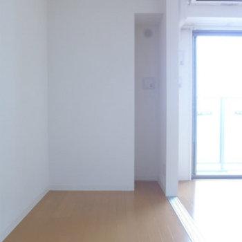 洋室は3.3帖。ベッドだけ置いて、普段は引き戸を開けておこう(※写真は10階の同間取り別部屋のものです)
