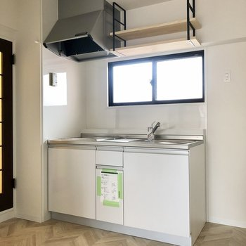 キッチンには窓付き、上棚もお洒落です。冷蔵庫は隣に置けます。