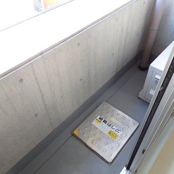 バルコニーは普通サイズ(※写真は7階の同間取り別部屋のものです)