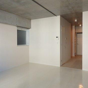 白×コンクリ。かっこいいお部屋(※写真は7階の同間取り別部屋のものです)