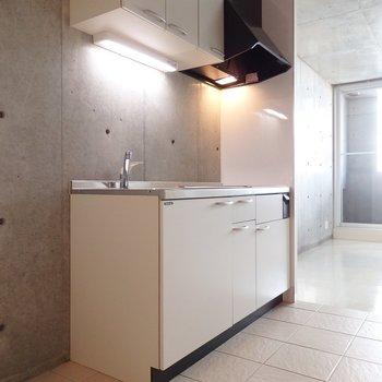 キッチンも白で統一感(※写真は7階の同間取り別部屋のものです)