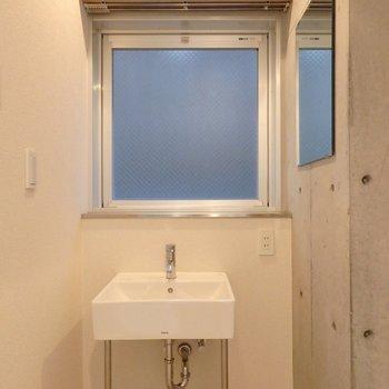 ざっくりラフな独立洗面台(※写真は7階の同間取り別部屋のものです)