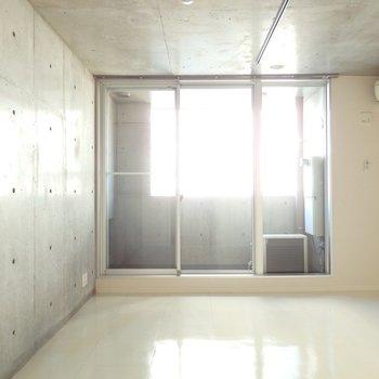 スタイリッシュな空間。ライティングレールもありますよ(※写真は7階の同間取り別部屋のものです)