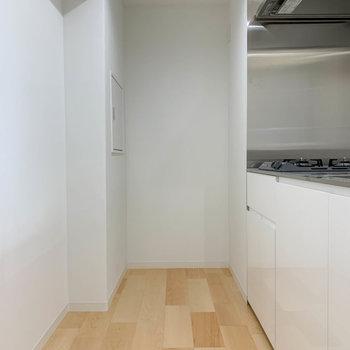 キッチン周りは約2.3帖の広さ。後ろに棚なども置けそう。※写真は3階の同間取り別部屋のものです