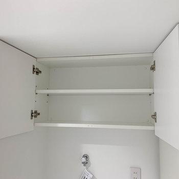 洗濯機やトイレの上部にも収納が付いています。※写真は3階の同間取り別部屋のものです