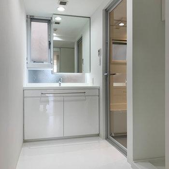 脱衣所も広め。換気用の小窓もあります。※写真は3階の同間取り別部屋のものです