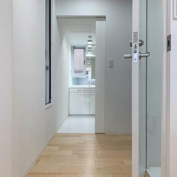 廊下へ。まっすぐ進むと脱衣所、右に曲がると玄関です。※写真は3階の同間取り別部屋のものです